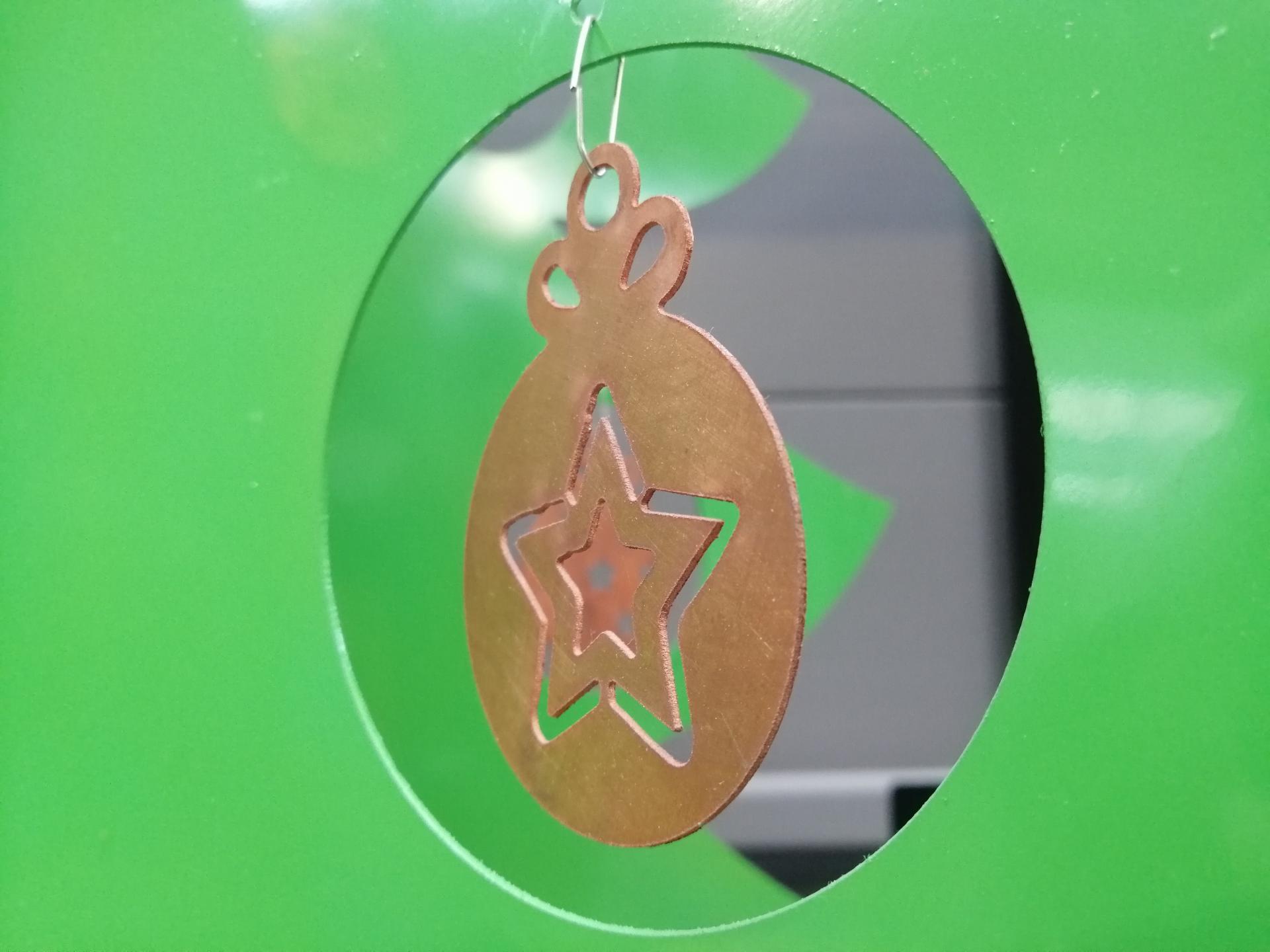 Boule de Noël découpée dans une tôle de cuivre de 0,8 mm.