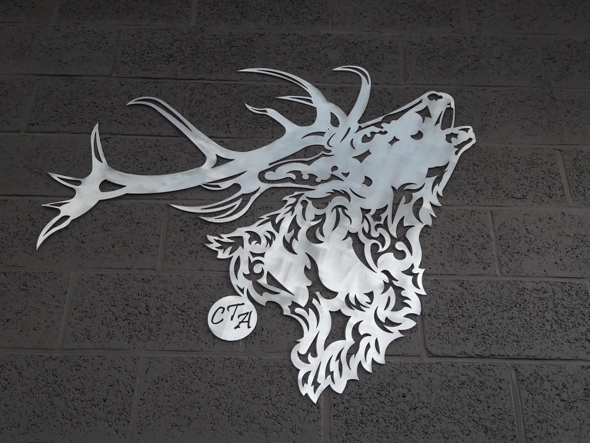 Tête de cerf découpée dans de l'aluminium.